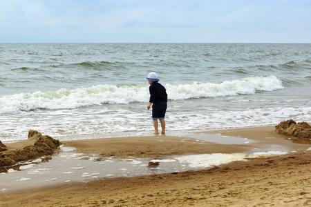panties: el ni�o se divierte en la orilla del mar