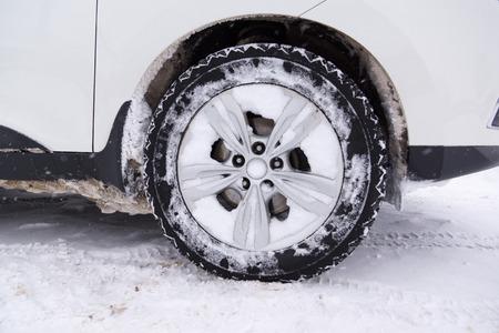 llantas: coches con neumáticos de invierno están en el suelo cubierto de nieve Foto de archivo