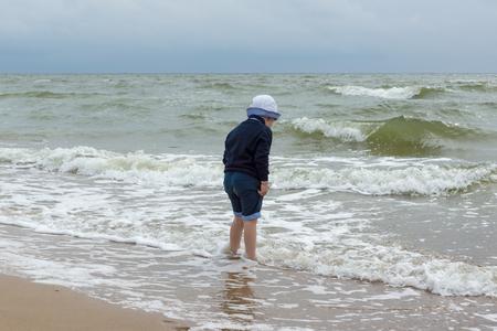 bragas: el ni�o se divierte en la orilla del mar