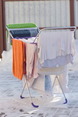 Es steht auf der Straße Wäschetrockner, die Kleidung trocknet