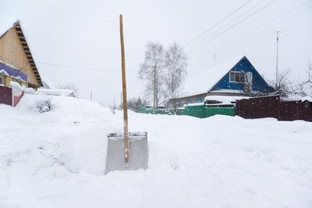 冬の屋外で、雪から突き出ているシャベルします。 写真素材