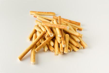 gressins: Bâtonnets de farine croustillants bordés sur un fond blanc