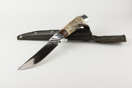 Jagdmesser mit Knochengriff isoliert auf weißem Hintergrund