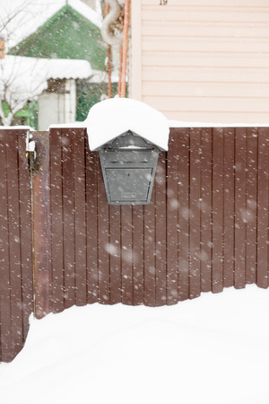 mailbox hanging on a fence by snow in winter 版權商用圖片