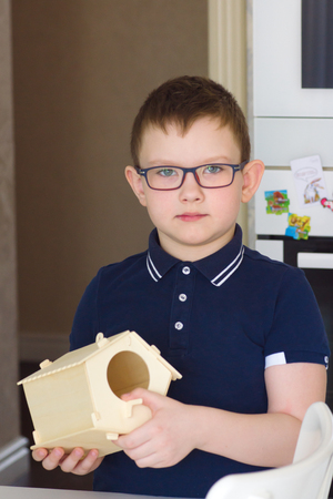 boy made a wooden bird house with his hands Stockfoto