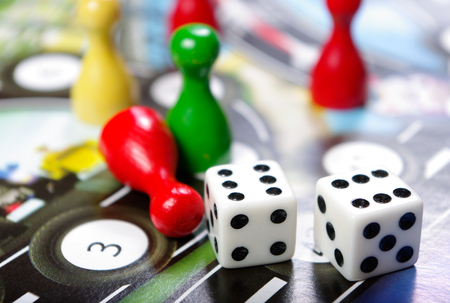 Fichas De Plastico Azul Verde Y Rojo Dados Y Juegos De Mesa Para