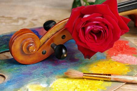 violin, brushes, rose and palette Reklamní fotografie