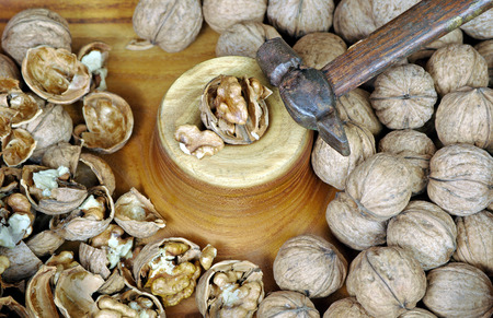 walnuts close-up. nut chopping board. walnuts on the board and hammer. Imagens