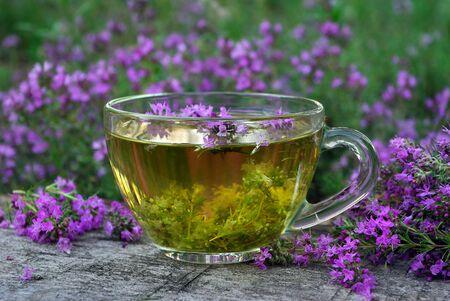 Thym frais. Tasse de thé au thym sur une table en bois. remède contre le rhume et la grippe