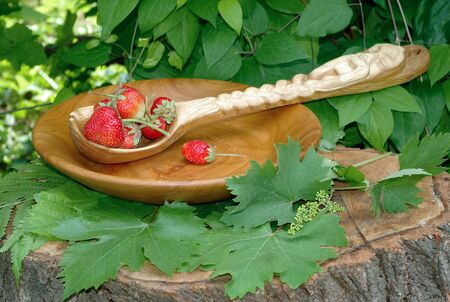 Ripe juicy strawberries in a wooden bowl. Handmade wooden bowl from apricot 版權商用圖片