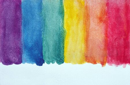 Farben des Regenbogens. Foto Aquarellpapier Textur. Abstrakter Aquarellhintergrund. Nasses Aquarellpapier Textur Hintergrund. abstraktes buntes Muster. mehrfarbige Aquarellflecken. Standard-Bild