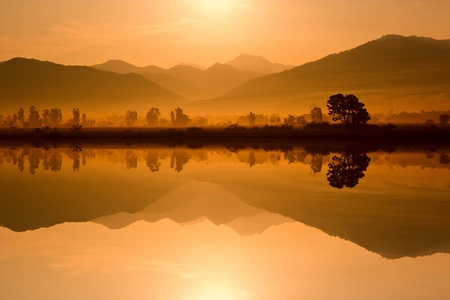 Wasser und Berge in den Morgen
