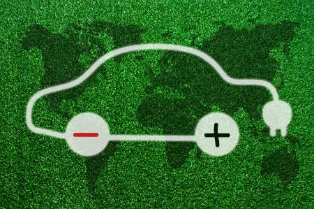 Symbol der Elektroautos auf dem Rasen.