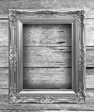 marco blanco y negro: Marco de fotos de madera en la pared de madera vieja en blanco y negro. Foto de archivo