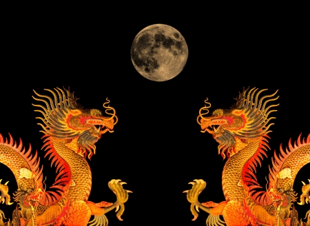 Chinese dragon statue and the moon. Imagens