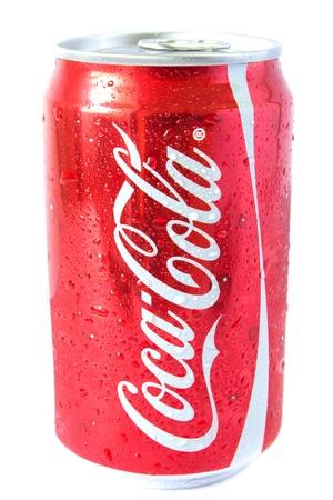 Eine glänzende rote Dose auf Koks oder Coca Cola mit einem silbernen pop oben mit Wassertropfen.