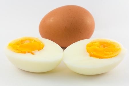 gallina con huevos: Huevos pasados ??por agua aisladas sobre fondo blanco