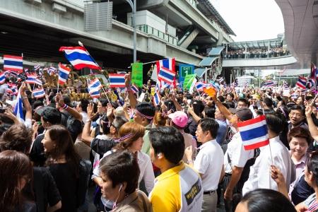 af: BANGKOK, TAYLAND - 7 Kasım 2013: Tanımlanamayan Tay insanlar, Büro işçisi, üniversite öğrencileri ve Asoke kavşağında tartışmalı af hareket karşısında birkaç yabancının protesto ve BTS Yükseltilmiş tren istasyonu, Bangkok