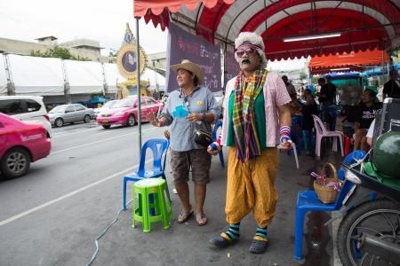 af: BANGKOK - 8 Kasım 2013: Bangkok, Tayland 8 Kasım 2013 tarihinde, Demokrasi Anıtı Anti-hükümet protestocular Northeastern tarzı şarkıcı. Tayland Bangkok Af tasarı, sermaye Karşı Protesto Editöryel