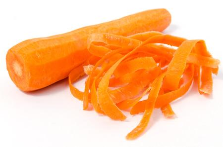 carottes fraîches pelées isolé sur fond blanc