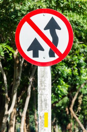 Non prendere il cartello stradale e lo sfondo dell'albero in una giornata di sole Archivio Fotografico - 93455771