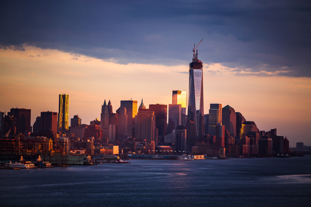 Downtown Manhattan across the Hudson River at dusk and One World Trade Center under construction, New York City. Stok Fotoğraf