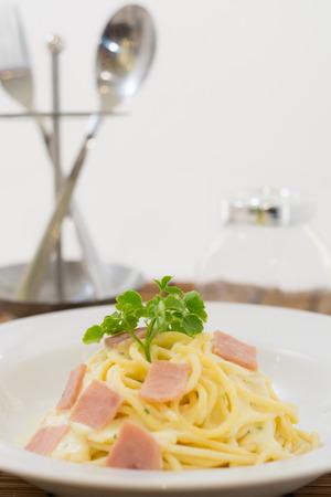 silverware: spaghetti carbonara, cubiertos, de fondo blanco Foto de archivo