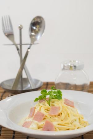 cubiertos de plata: spaghetti carbonara, cubiertos, de fondo blanco Foto de archivo