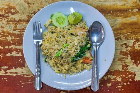 Asian fried rice with egg and shrimp Foto de archivo - 135489945