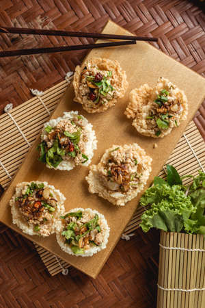 Creative food. Puffed rice and spicy minced pork salad on topping. Banque d'images