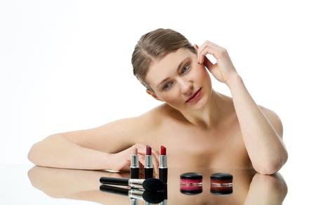 gamme de produit: jeune femme pr�sentant divers articles cosm�tiques Banque d'images