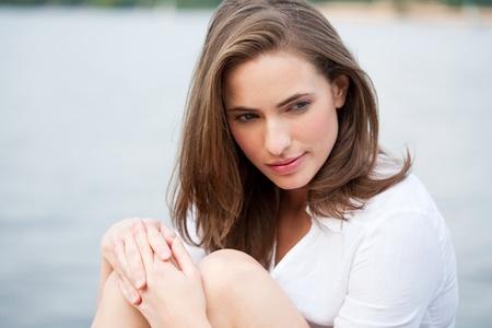knees bent: bellezza ritratto di una giovane donna attraente