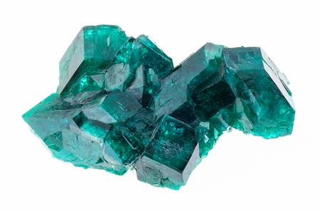 fotografia makro naturalnego minerału z kolekcji geologicznej - surowe kryształy dioptazy (szmaragd miedzi) na białym tle
