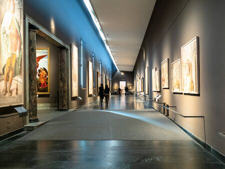 Mediolan, Włochy - 24 lutego 2019: ludzie w długiej sali w Pinacoteca di Brera (Galeria Sztuki Brera) w Mediolanie. Brera to narodowa galeria obrazów sztuki starożytnej i współczesnej w Palazzo Brera