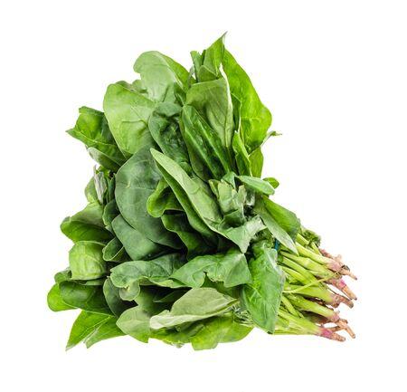 Paquete de recorte de hierba de espinacas verdes frescas sobre fondo blanco.