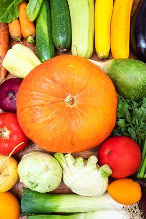 食品の垂直背景 - 木製のテーブルの上に新鮮な野菜のトップビュー