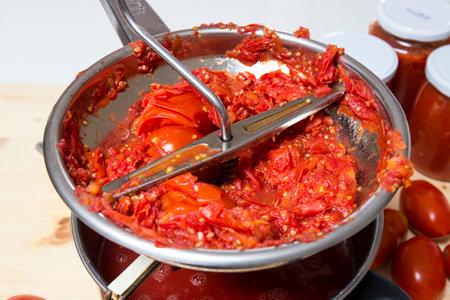 Cucina italiana. Preparazione della salsa di pomodoro con i prodotti biologici Editoriali