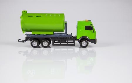 niños reciclando: camión de juguete para su reciclaje. regalo de Navidad para los niños