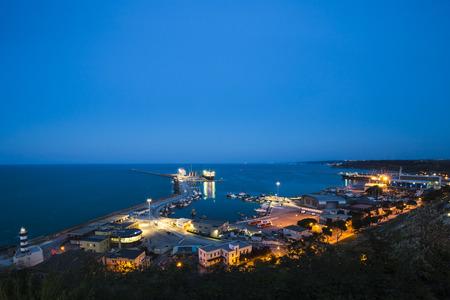 La costa de Trabocchi. Paisaje nocturno del puerto de Ortona en Abruzos, Italia. Foto de archivo - 79332759