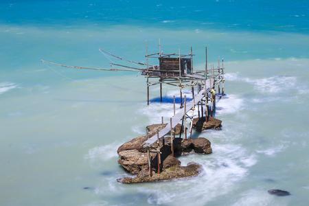 Trabocchi en el mar Adriático en Vasto, Italia.