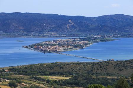 Argentamb 산에서 본 Orbetello의 석호의 전망