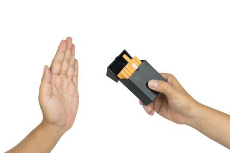 Dejar de fumar concepto, mano negándose a tomar el cigarrillo, aislado sobre fondo blanco. Foto de archivo