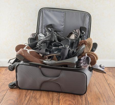 maleta: Maleta llena de zapatos Foto de archivo