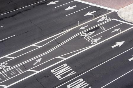 empedrado: Las l�neas pintadas sobre carretera asfaltada