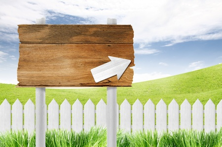 cerca blanca: signo de madera y valla blanca en el cielo azul claro