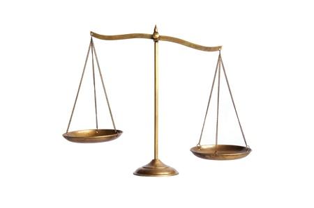 imbalance: onbalans van gouden messing schalen van rechtvaardigheid op wit