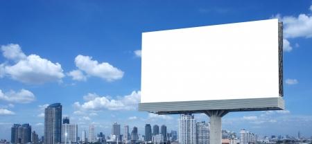 affichage publicitaire: Billboard Vierge sur le ciel bleu Banque d'images