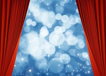 cortinas rojas: roja cortina y fondo azul bokeh Foto de archivo
