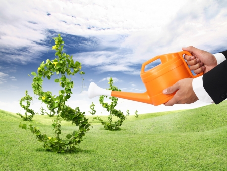 Geld planten en oranje gieter