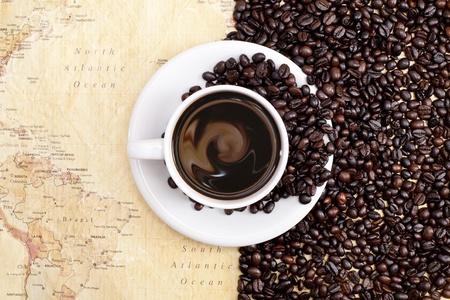 chicchi di caffè su sfondo mappa del mondo